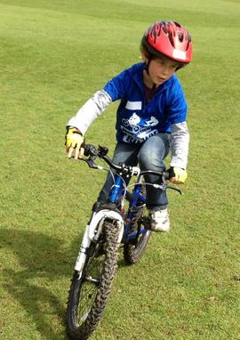 Относительно родителей, чтобы помочь ребенку справиться с велосипедом
