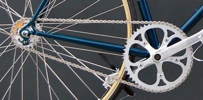 Вождение на велосипеде с одной высокой скоростью