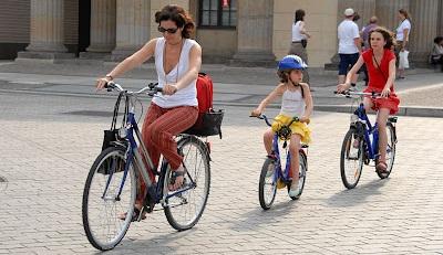 Вождение на велосипеде на тротуарах
